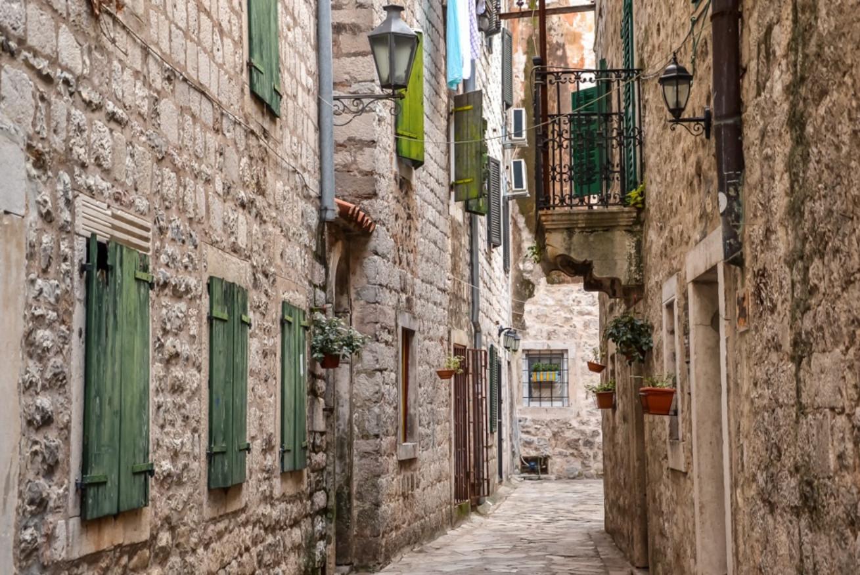 Каменные дома на улице старого города