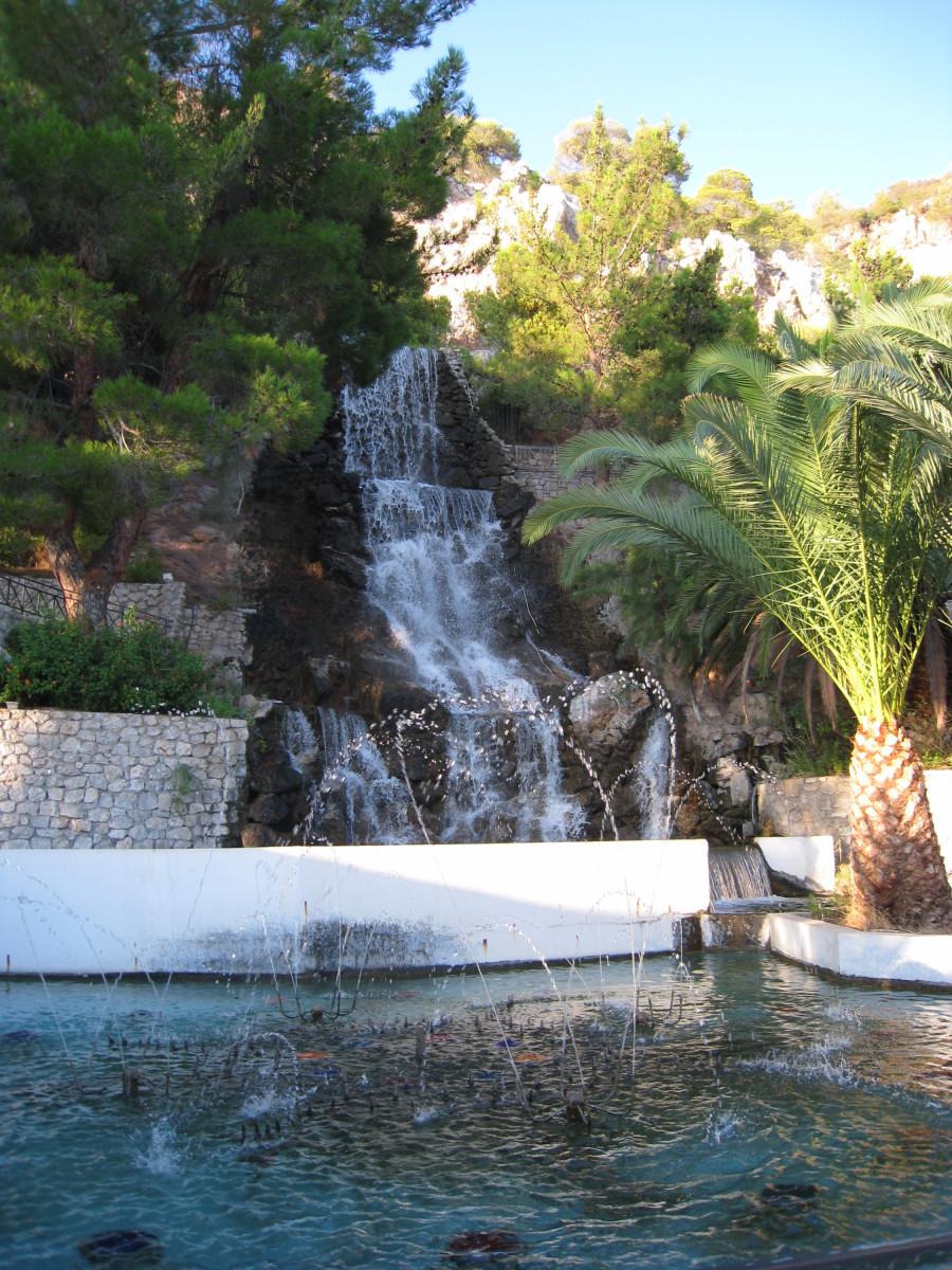 Термальный водопад на курорте Лутраки в Греции
