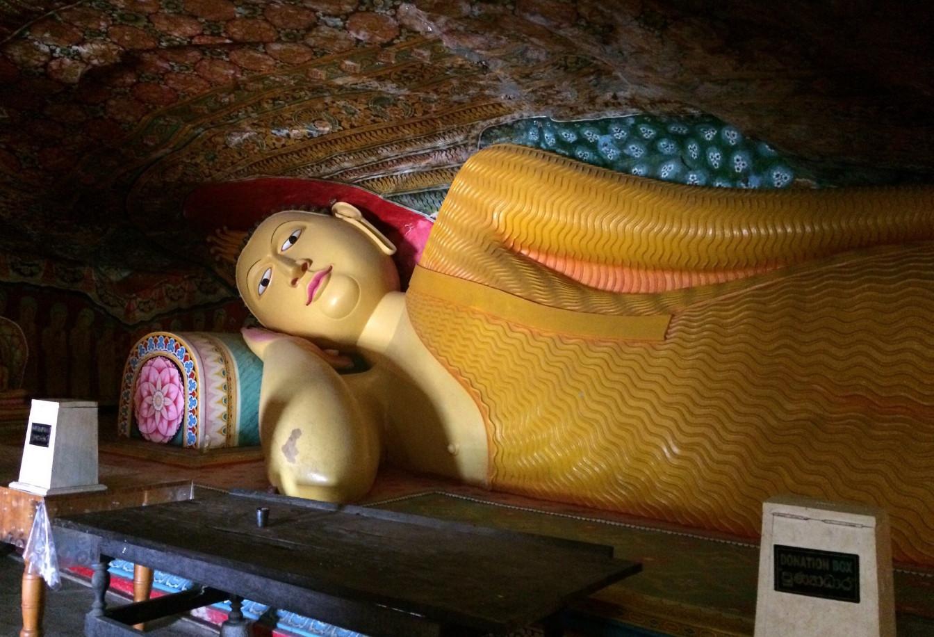 Лежащий Будда внутри храма