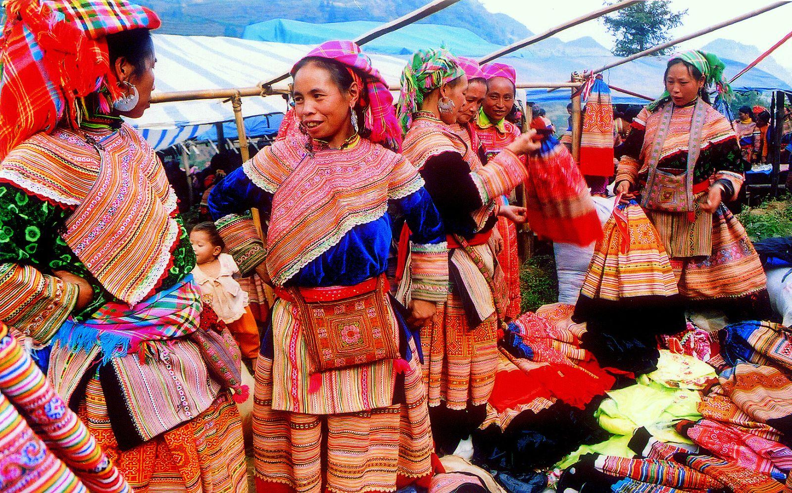 Вьетнамские женщины в этничных нарядах на рынке