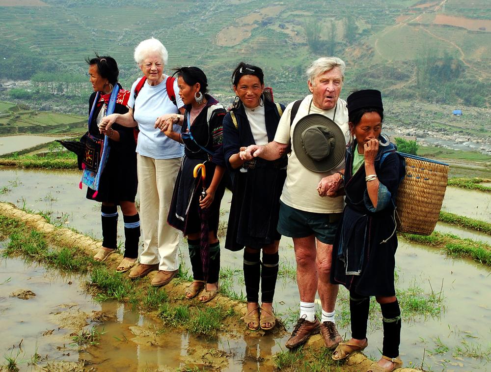 Фото: туристы на экскурсии в этическом поселении