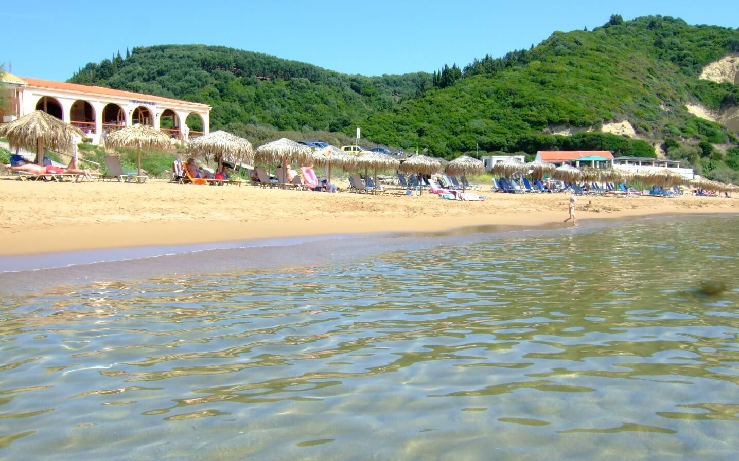 Малолюдный пляж Gardenos