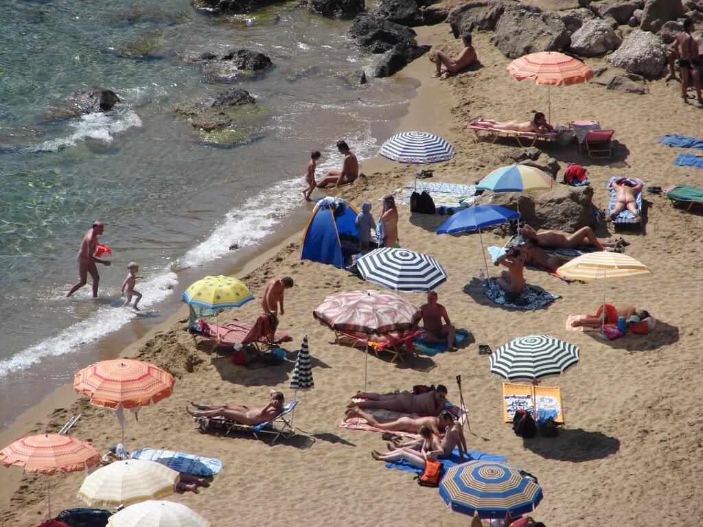 На пляже Mirtiotissa