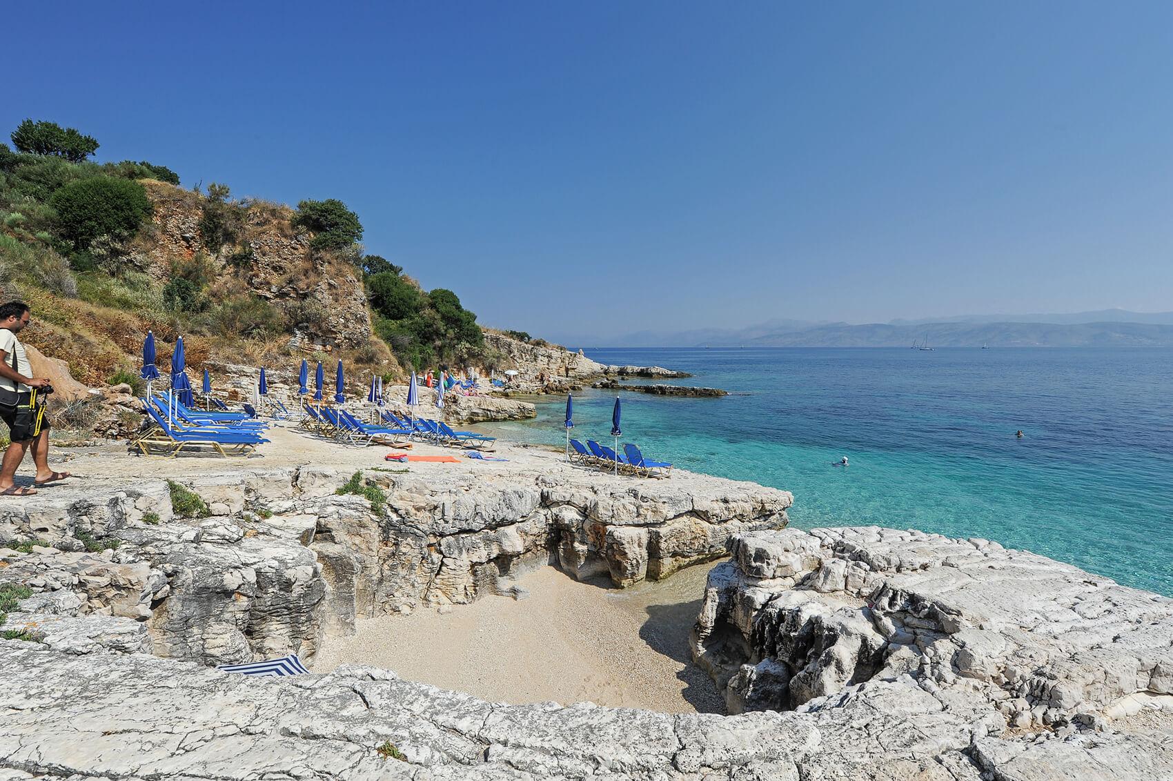 Пляж Bataria - лазурная вода контрастирует с белыми камнями