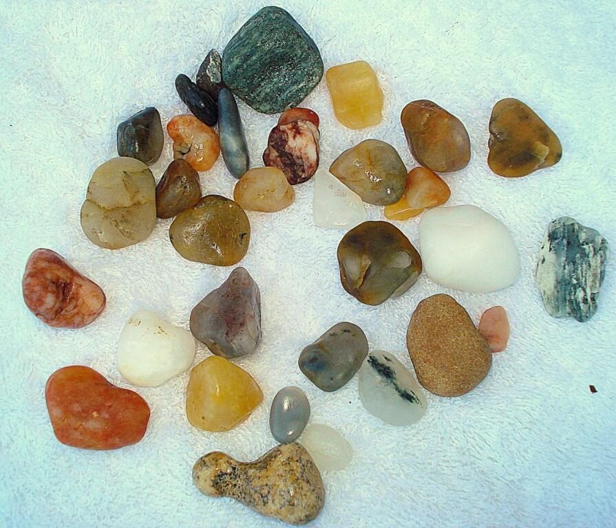Красивые разноцветные отполированные морем камушки