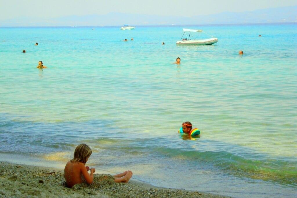 Дети на пляже Криопиги
