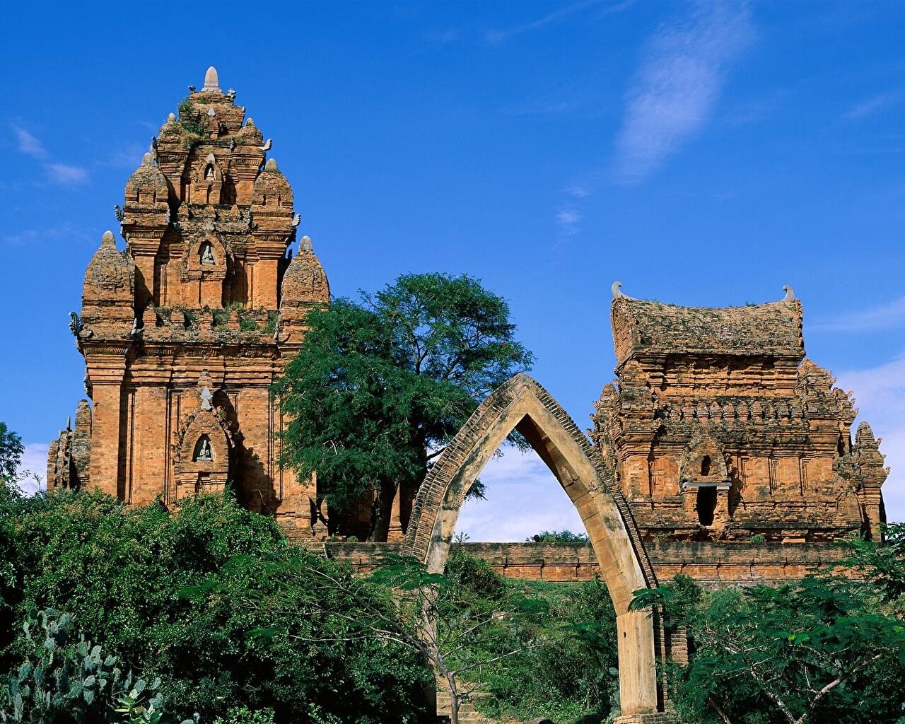 Чамские башни близ Фанранга Вьетнам