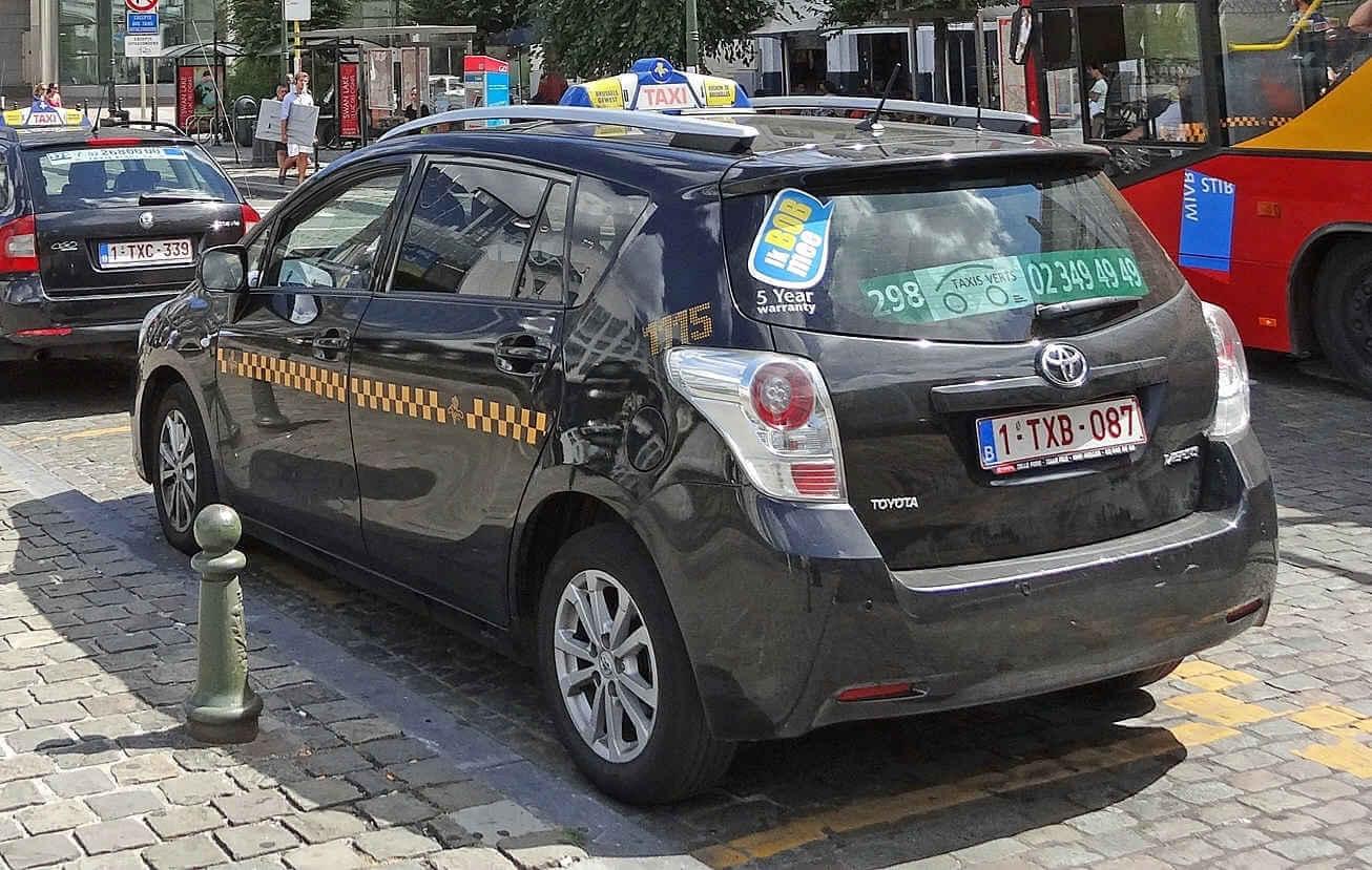 Такси в Брюсселе с жёлто-голубой символикой