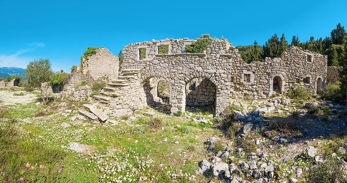 Руинами древнего города