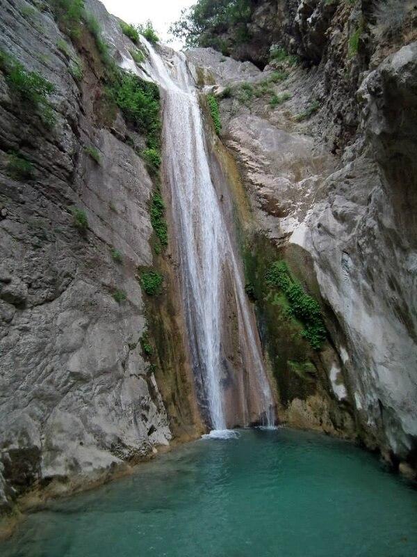 Водопад неподалеку от поселения Рахи