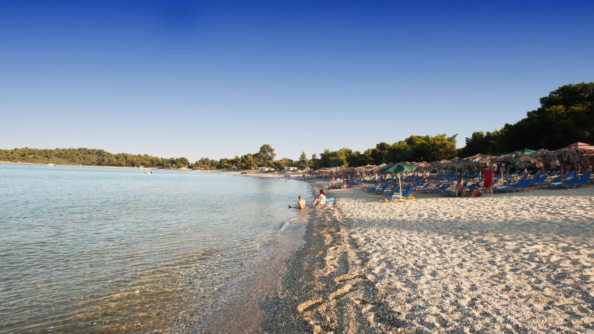Гларокавос - Пляж с зонтиками в Пефкохори в Халкидики