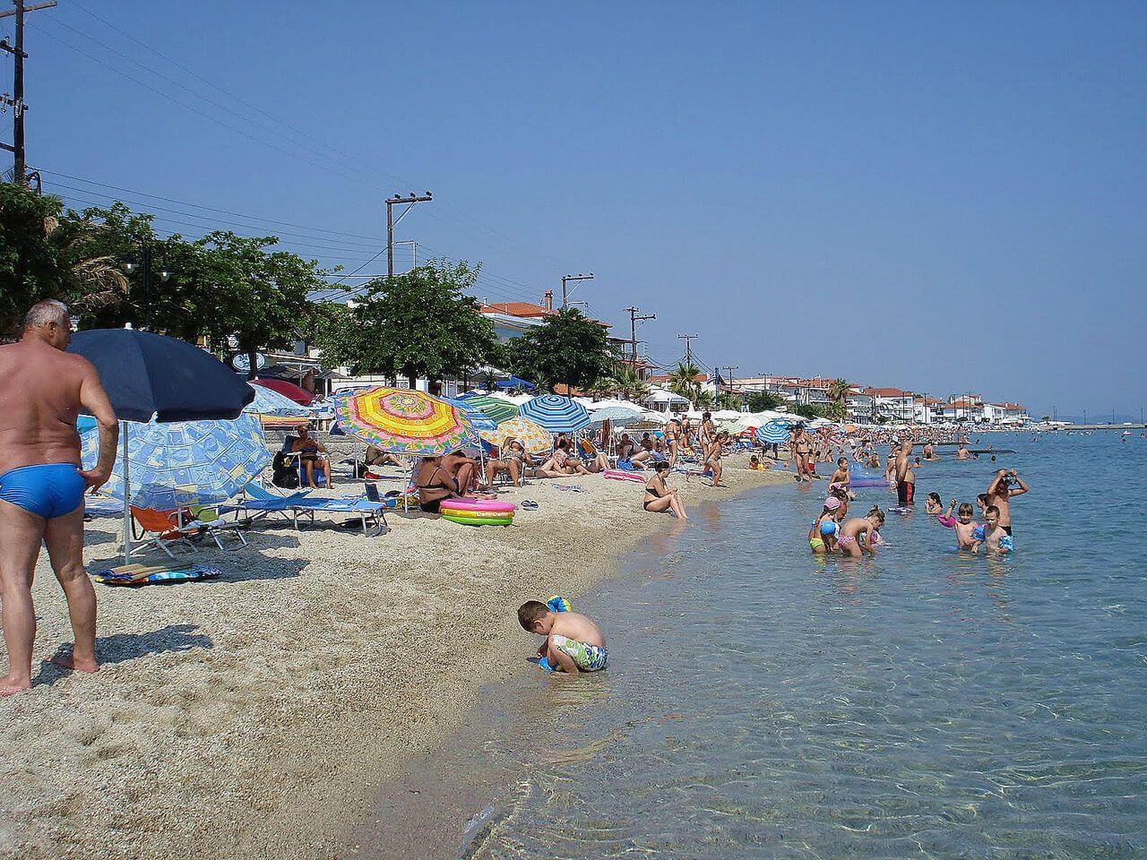 Отдыхающие на пляже в Пефкохори