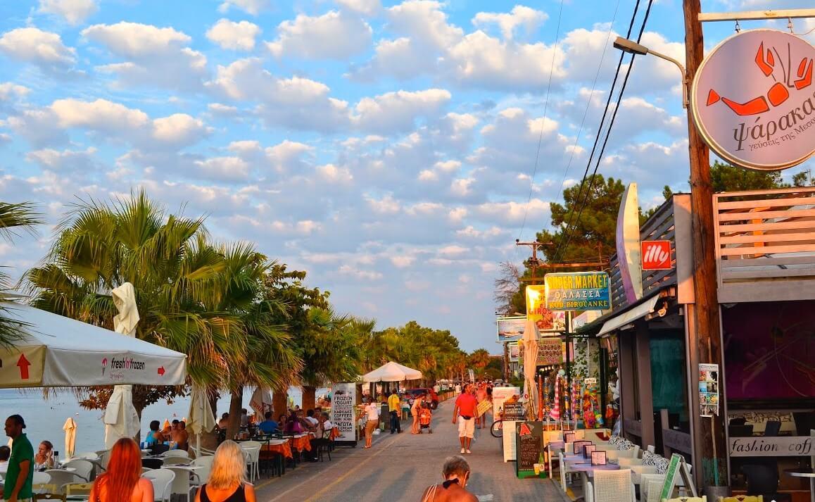 Пляжная дорога с барами и ресторанами Пефкохори