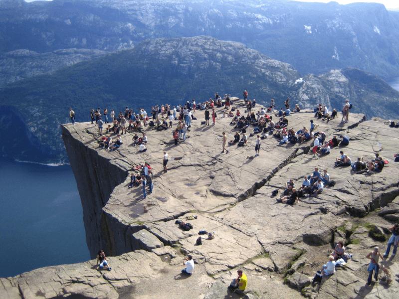 Туристы на Прекестулене
