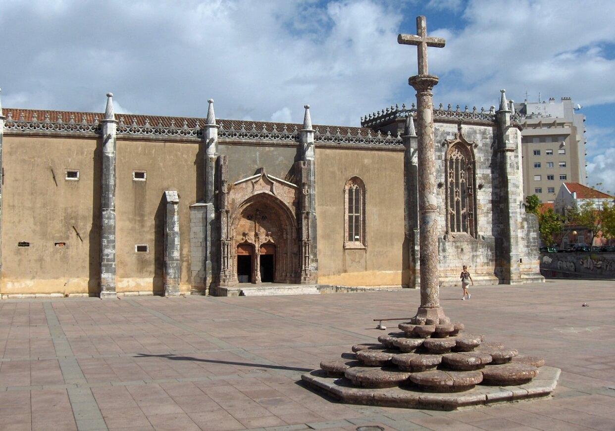 Монастырь Иисуса и крест в центре площади Иисуса