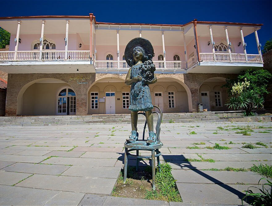 Скульптура девочки возле ЗАГСа