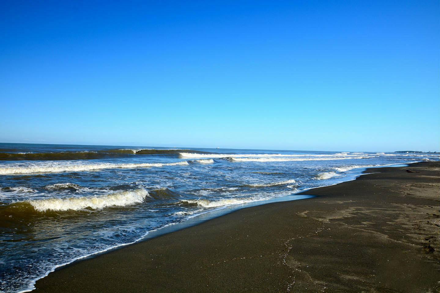 Пляж с необычным чёрным магнитным песком