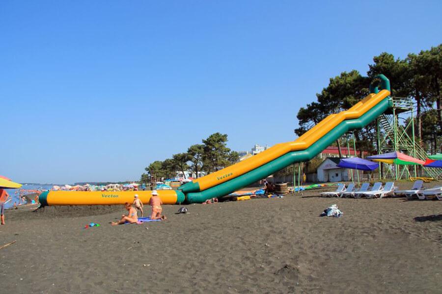 Водная горка на пляже Уреки