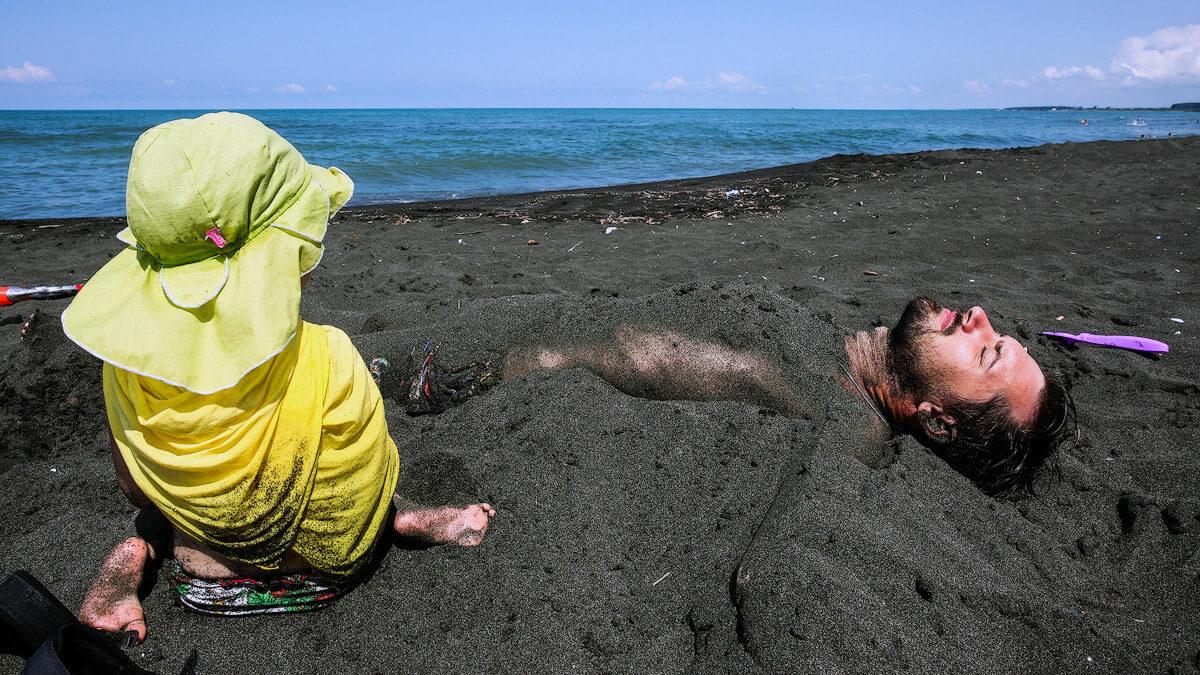 Пляж с песками чёрного цвета