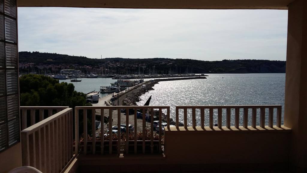Вид из окна гостиницы Hotel Marina, на набережной Изолы