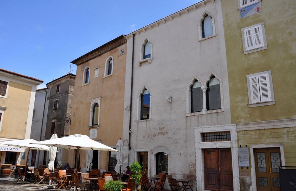 Дворец Манзиоли (белый) и дом Лавизато (бежевый с полукрулыми окнами) на площади Манзиоли