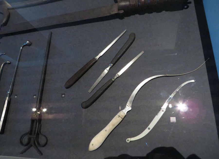 Предметы выставки рассказывающая о врачевании ХVII века