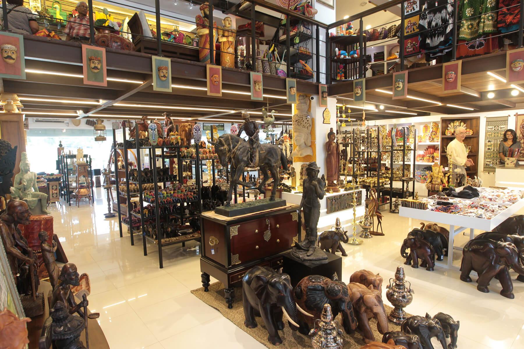В сувенирном магазине Laksala