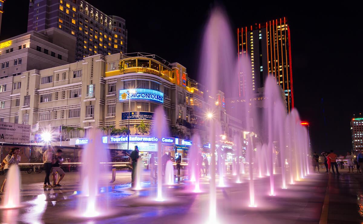 Фонтаны вечером на площади Хошимина