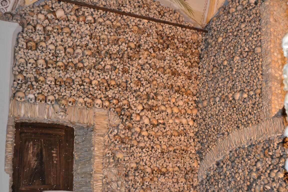 Стены Капеллы костей Осуш