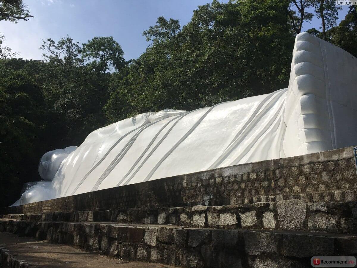 Статуюя лежащего Будды на горе Таку