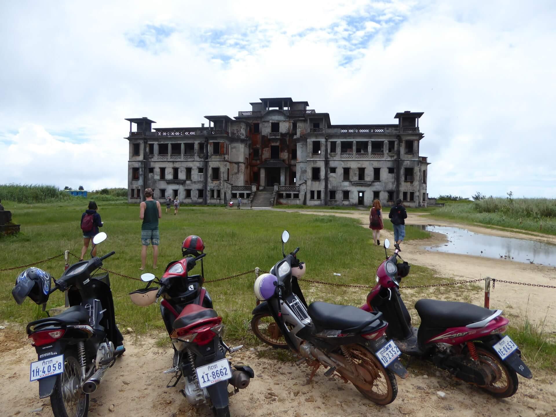 Заброшенное казино в Национальном парке Бокор