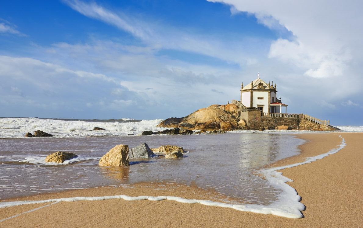 Древняя часовня Senhor da Pedra на пляже Marimar Porto