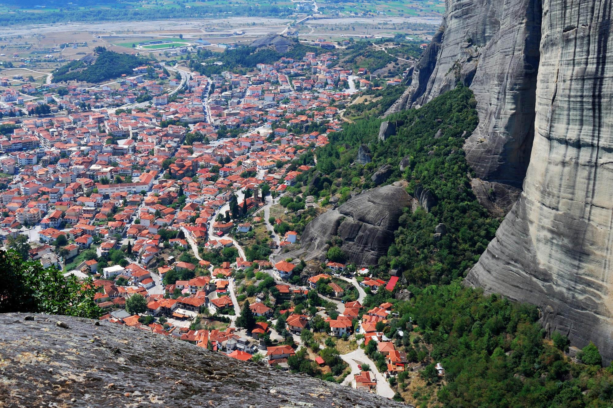 Вид на город Каламбака из монастыря Святой Троицы в Метеорах