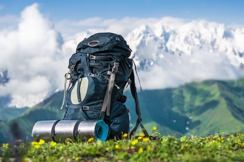 Возьмите рюкзак с едой, водой и ветровкой