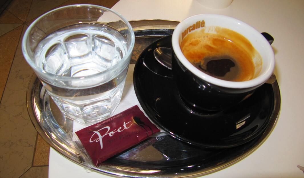 Вместе с кофе обязательно подают воду и печенье