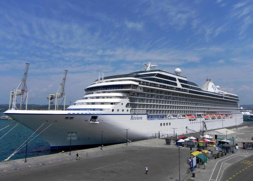 Круизный лайнер «Riviera» в порту Копер