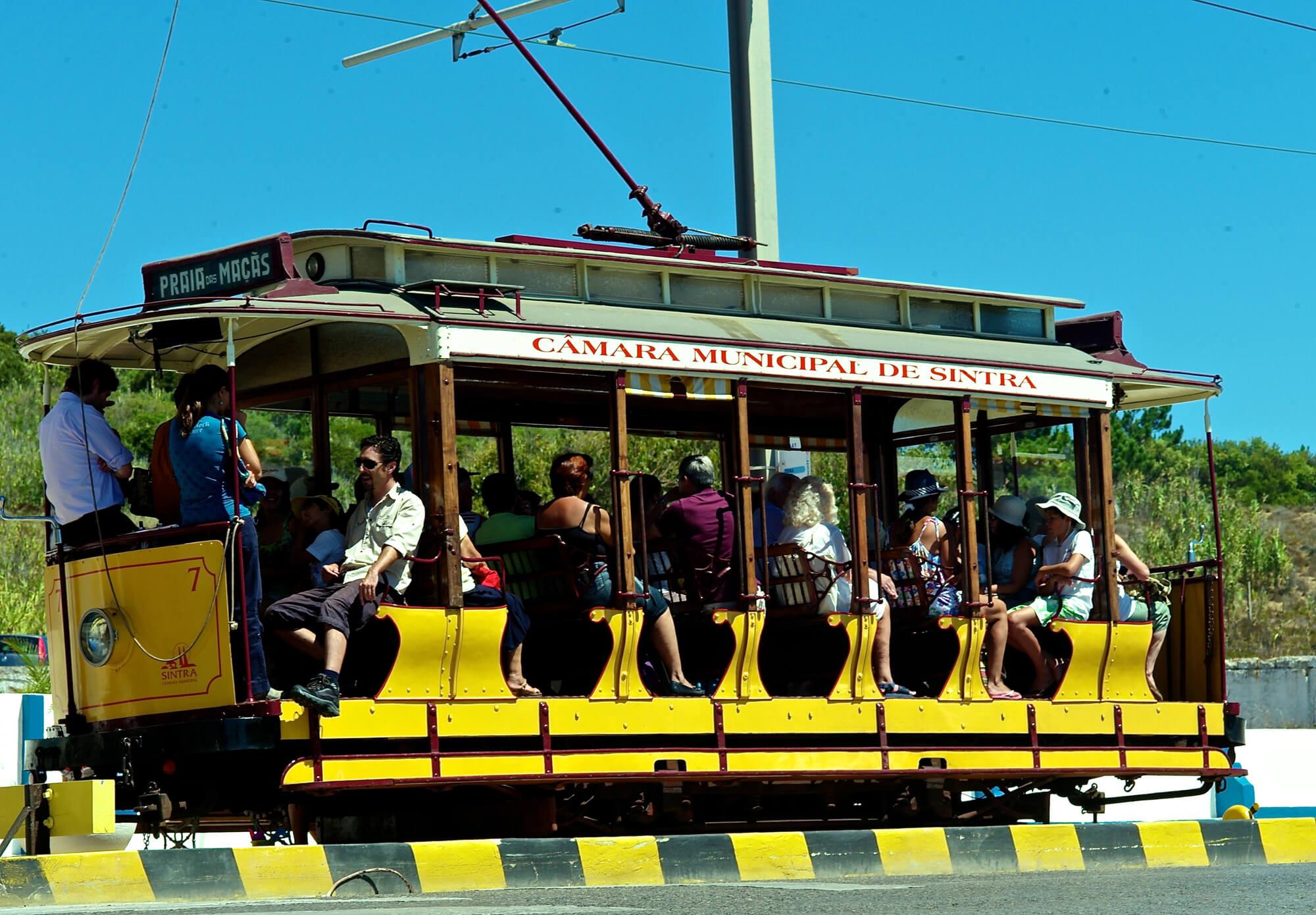 Старинный трамвайчик до пляжа Прайя-даш-Масаш из Синтры