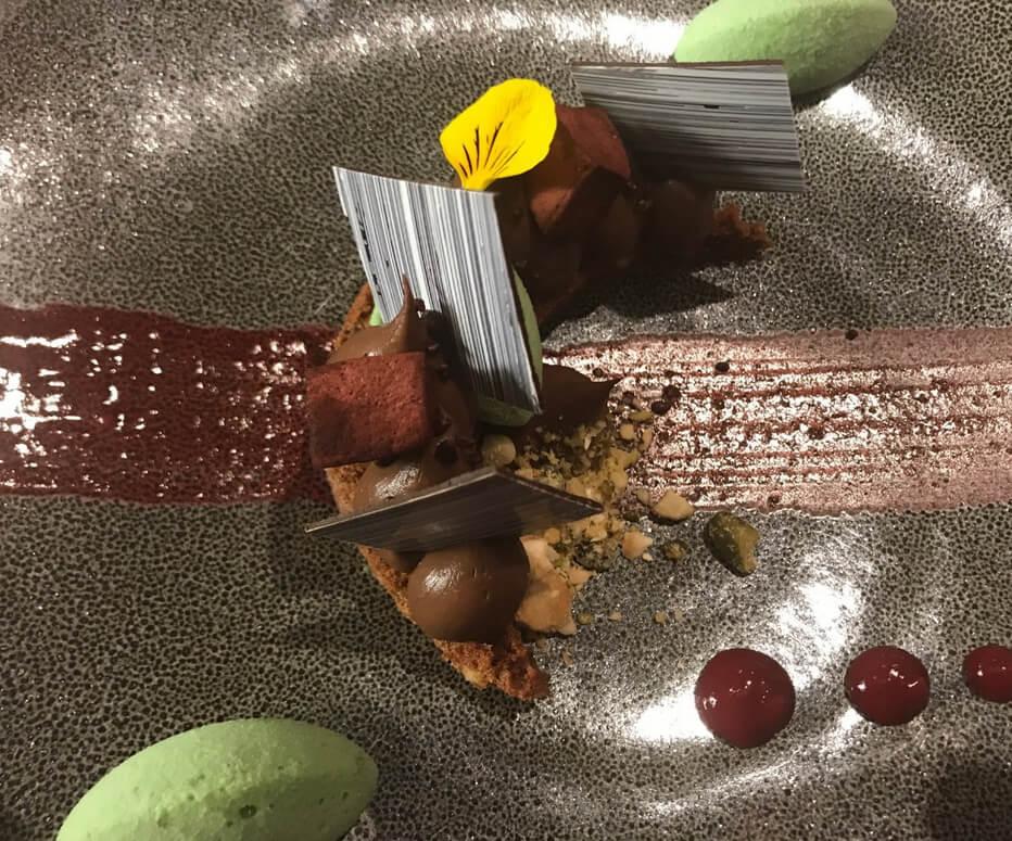Подача десерта в ресторане Comme Chez Soi