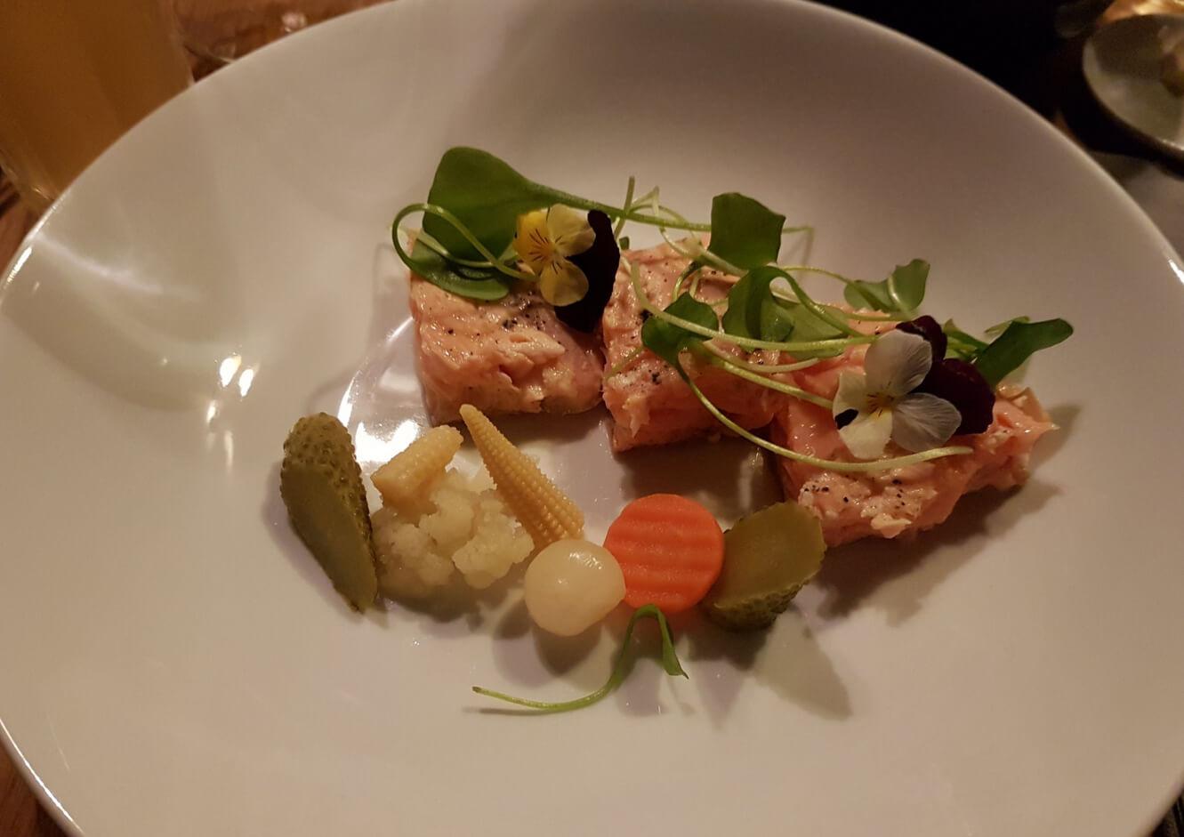 Подача рыбы в ресторане Chez Willy