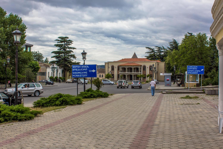 Центральная площадь Мцхеты. Впереди остановка маршрутки — отсюда ехать назад в Тбилиси.