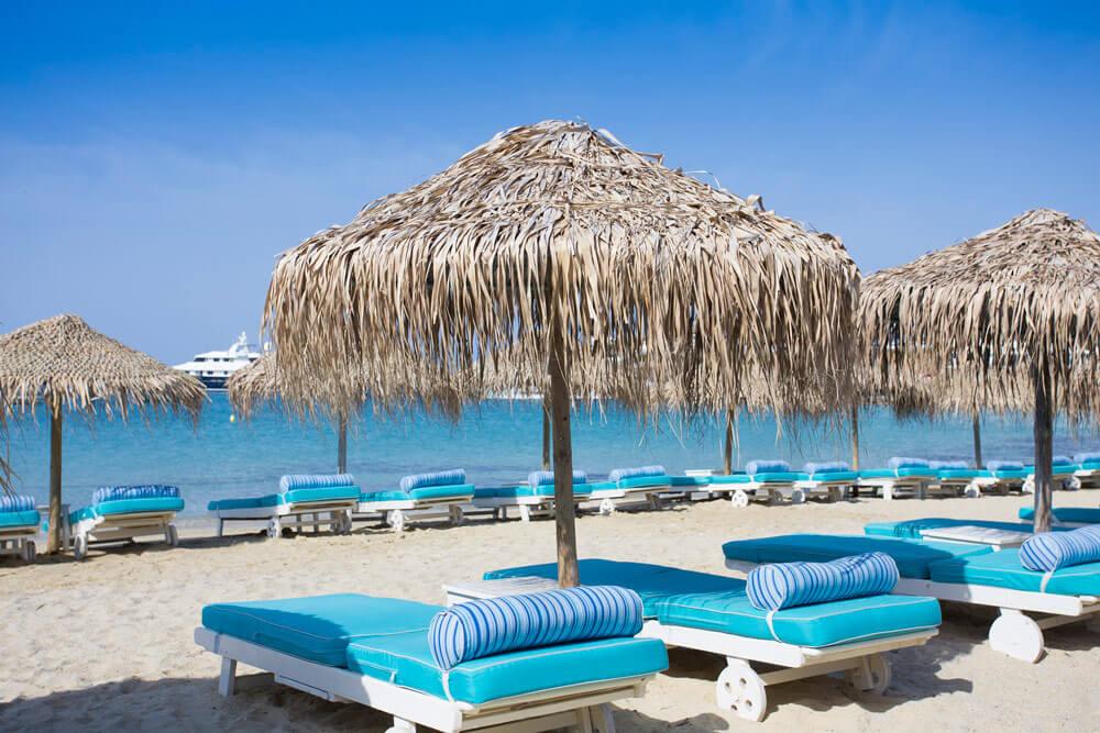 Вот такие лежаки на пляже Патис Ялос
