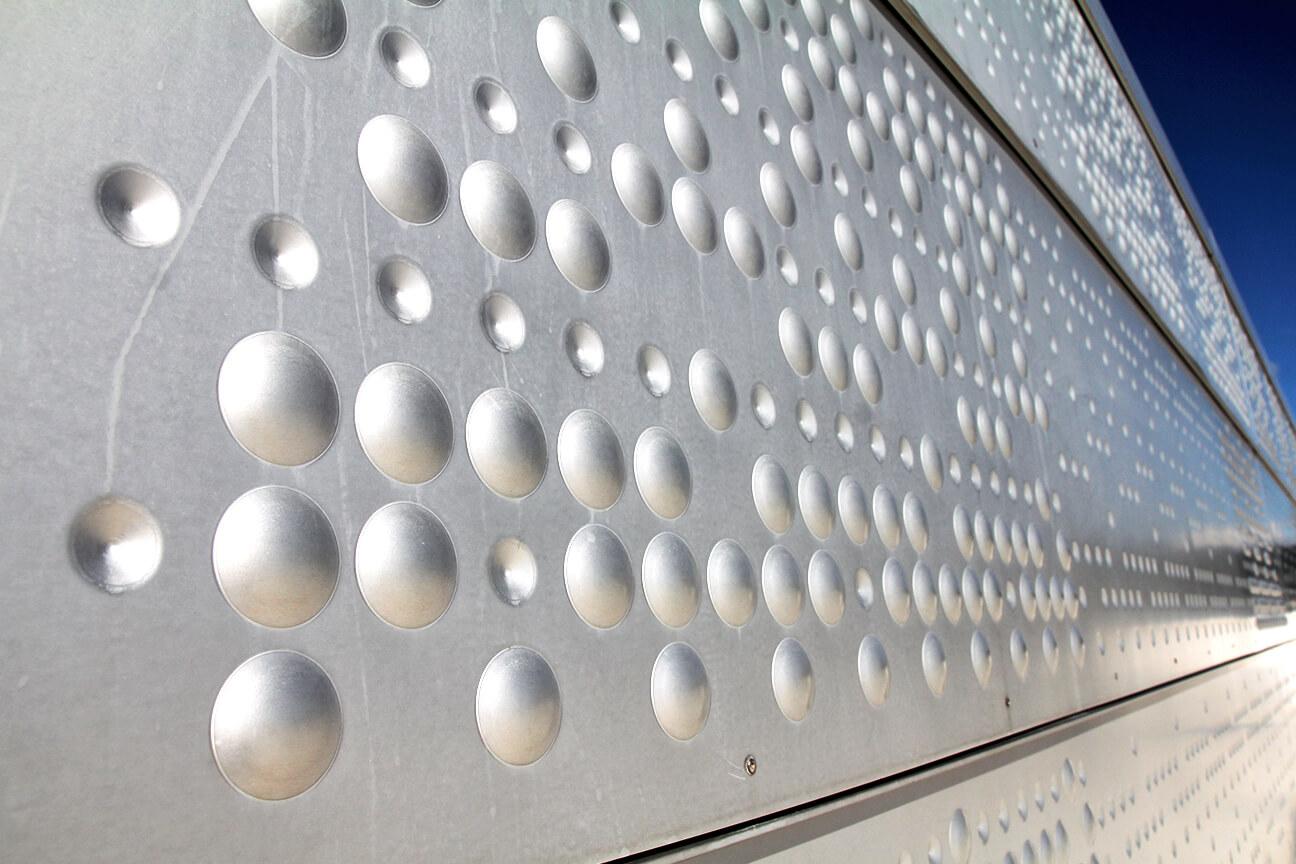 Листы алюминия, поверхность которых украшена узором
