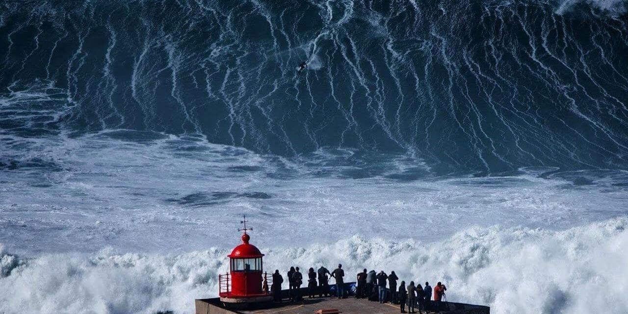Волны в Назаре, Португалия