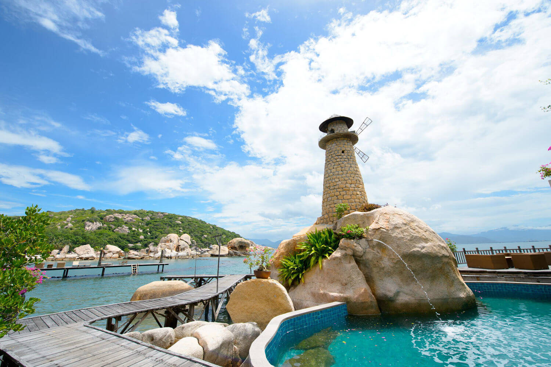 Каменный маяк на территории Жемчужного пляжа