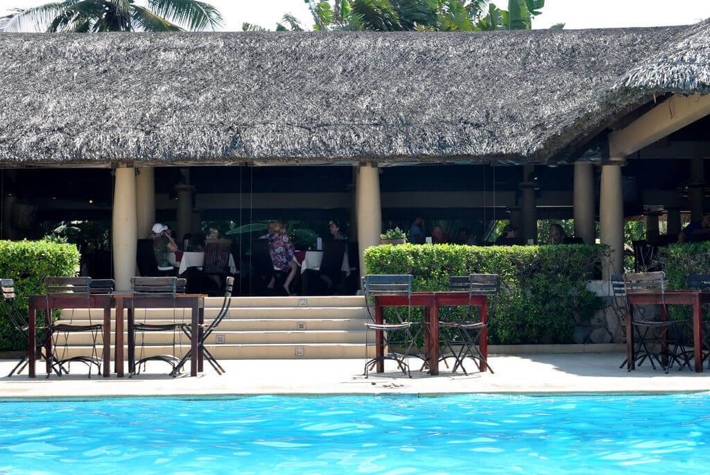Столики возле бассейна