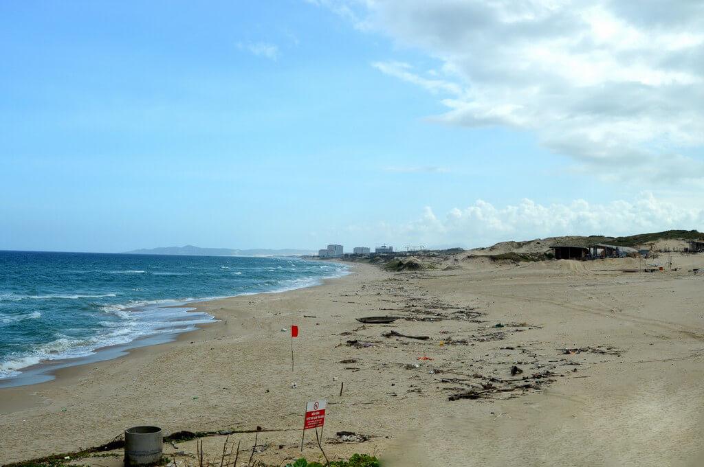 Видно мусор на пляже Бай Дай