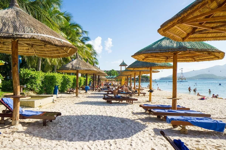 Лежаки на пляже Винперл