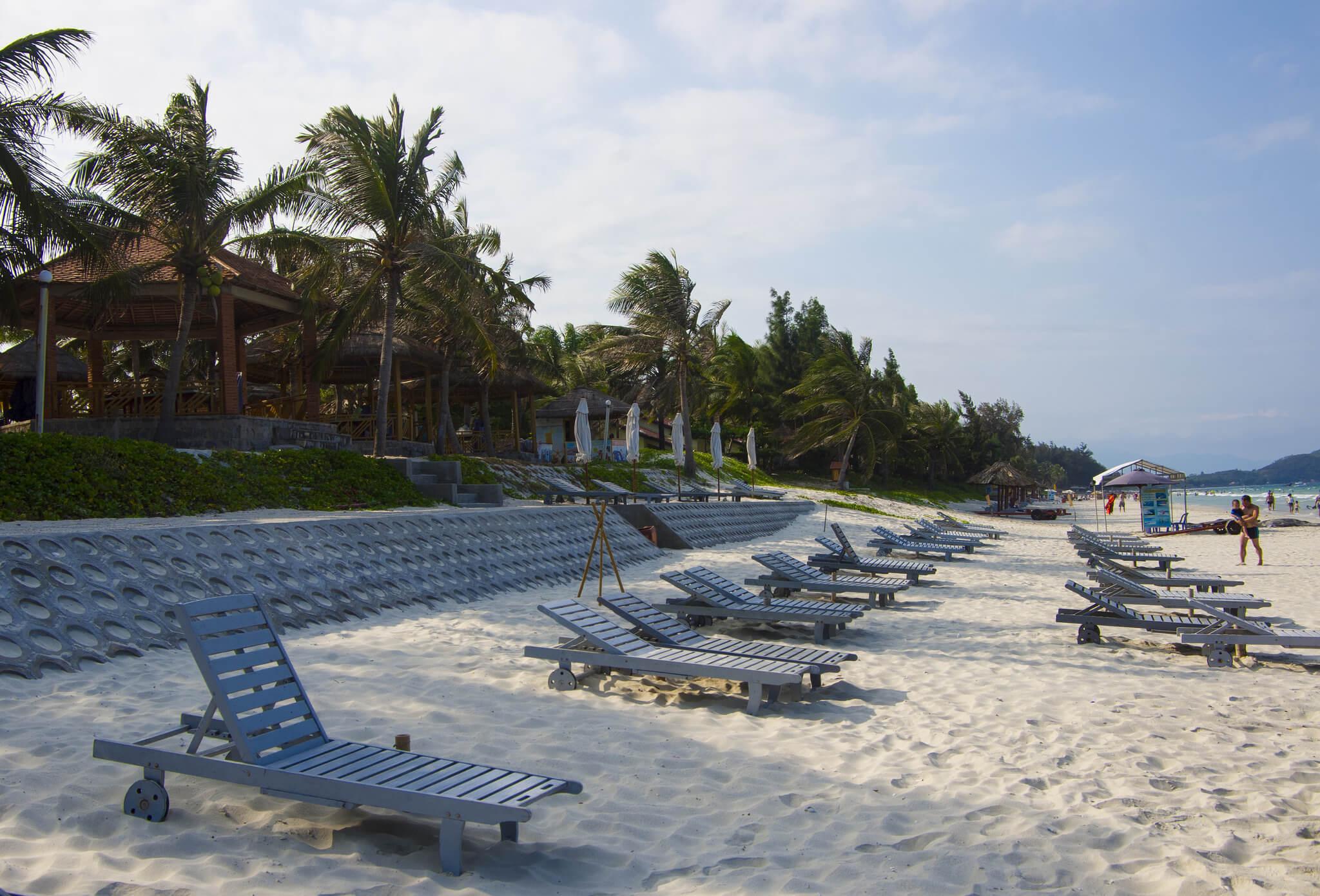 Лежаки на пляже Зоклет