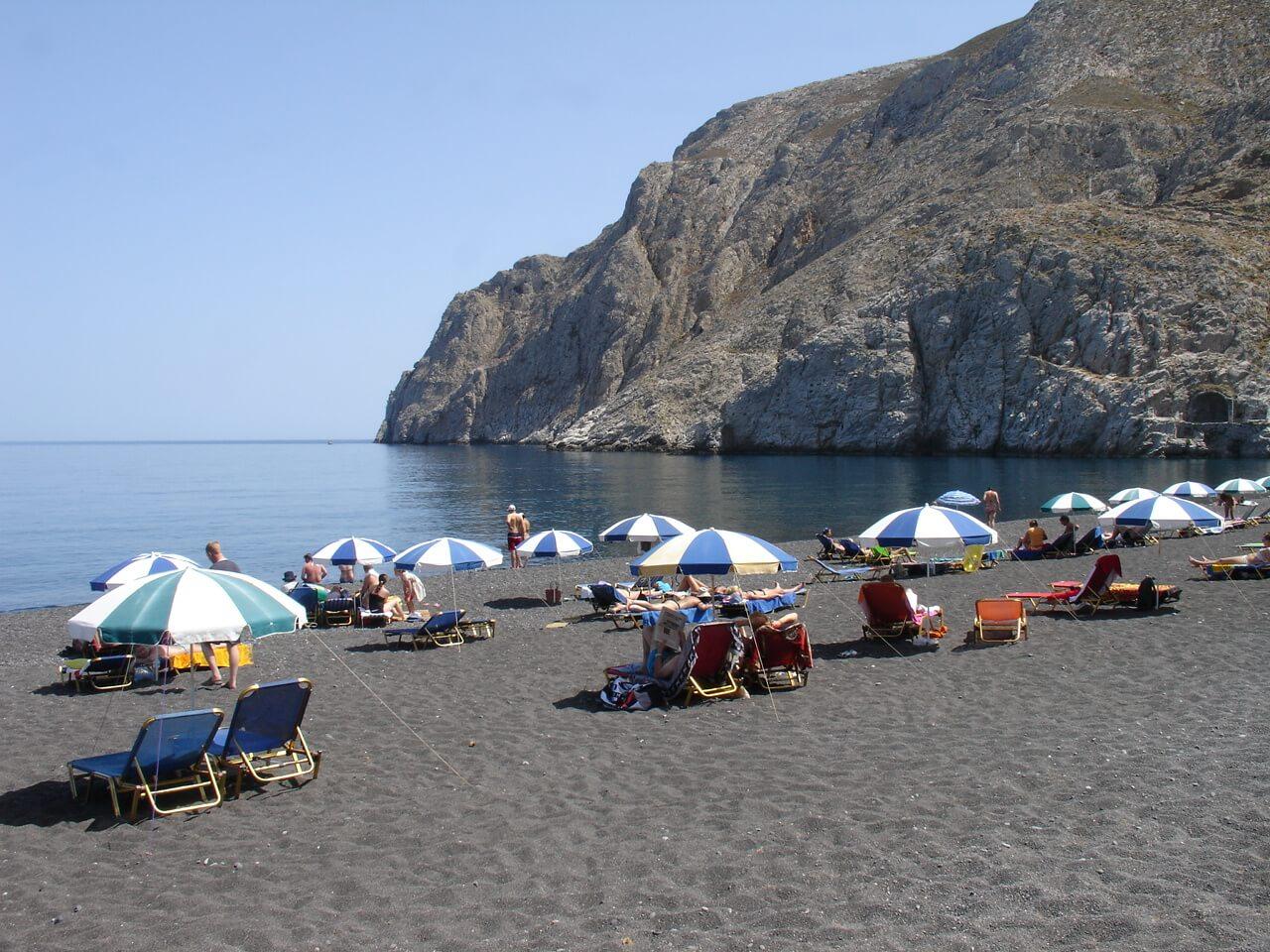 Камари – главная пляжная зона на Санторини