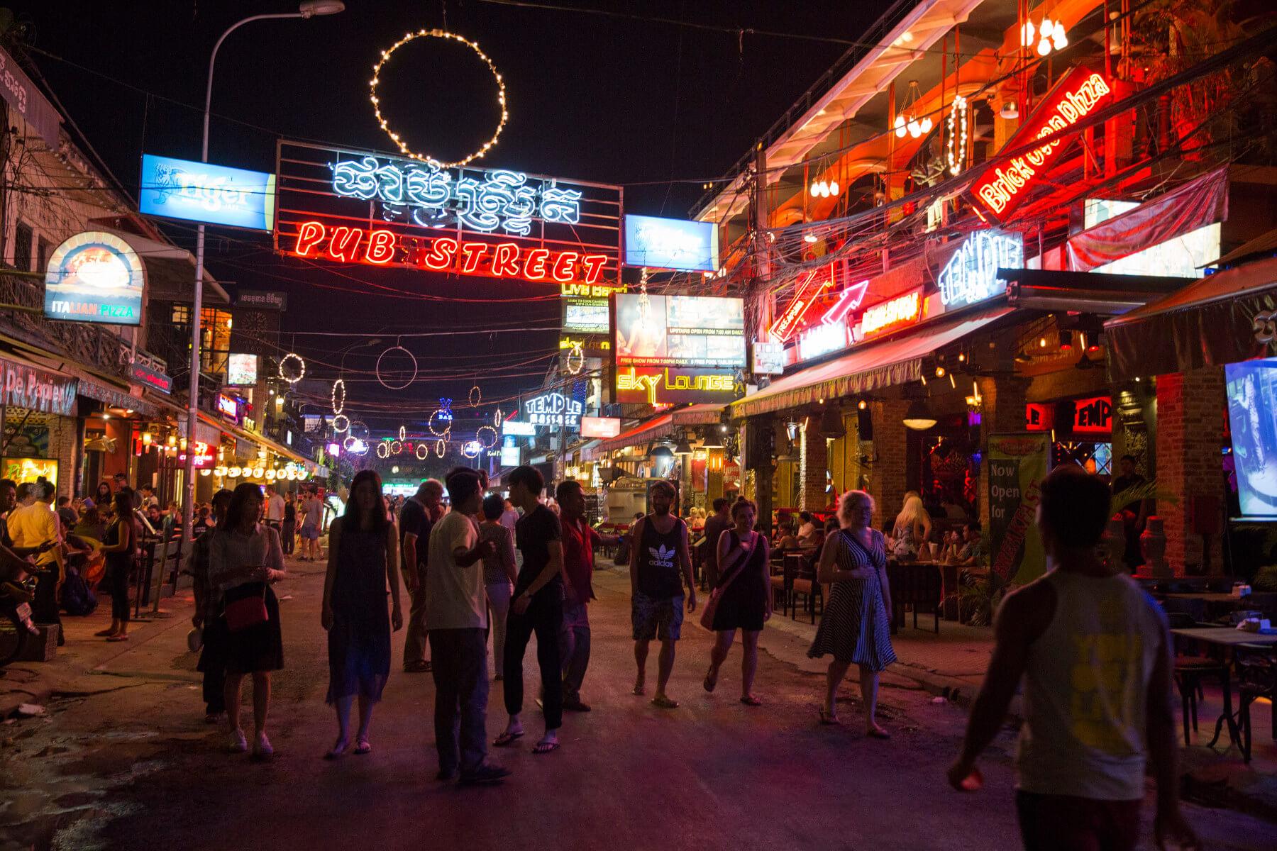 Туристическая улица Pub street